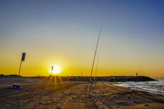 Pêche sportive de pratique sur la plage de Barcelone et de début de la matinée Images libres de droits