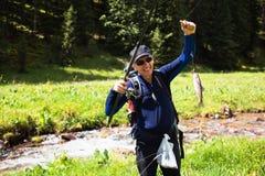 Pêche sur la crique de montagne photo stock