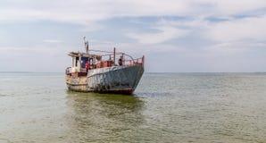 Pêche sur la rivière de Dnieper Vieux chalutier et marins de pêche sur le conseil Image stock