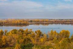 Pêche sur la rivière en automne photographie stock