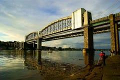 Pêche sur la rivière Tamar au-dessous du pont Plymouth Devon de Tamar Image stock