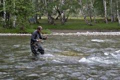 Pêche sur la tige de pêche en eau douce de montagne Pêche de pêcheur dans les montagnes Pêche de truite Image libre de droits