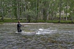 Pêche sur la tige de pêche en eau douce de montagne Pêche de pêcheur dans les montagnes Pêche de truite Photo stock