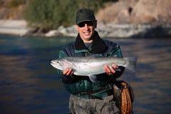 Pêche sur le fleuve de montagne Photographie stock libre de droits