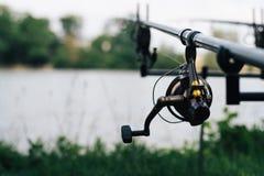 Pêche sur le lac d'été avec la canne à pêche images libres de droits