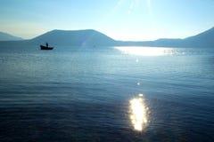 Pêche sur un lac Images stock