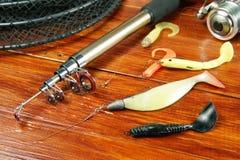Pêche toujours de la vie avec de diverses amorces de silicone et rotation Images libres de droits