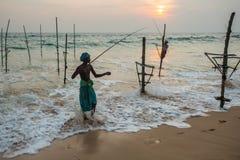 Pêche traditionnelle du Sri Lanka de pêcheurs d'échasse Images libres de droits