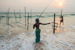 Pêche traditionnelle du Sri Lanka de pêcheurs d'échasse Images stock