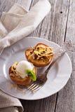 Pêches cuites au four avec la crème glacée  Photo stock