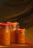 Pêches et confiture d'oranges Photo stock