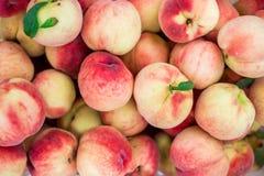 Pêches organiques fraîches de Peaches Heap Of Fresh Ripe Photos stock