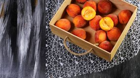Pêches récemment récoltées dans une caisse en bois sur un fond foncé Concept local de produit de culture saisonnière de récolte C photo stock