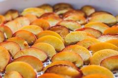 Pêches sèches dans un dessiccateur de déshydrateur Une manière de préserver des vitamines photos stock