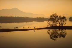 Pêcheur à la ligne dans le lac Photographie stock libre de droits