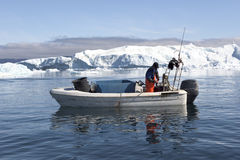 Pêcheur à la ligne entre les icebergs, Groenland photo libre de droits