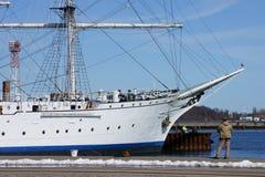Pêcheur à la ligne et bateau de navigation images stock
