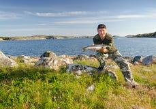 Pêcheur à la ligne heureux dans le beau paysage Photographie stock