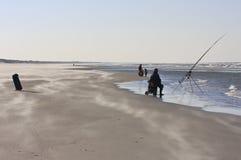 Pêcheur à la ligne sur la plage dans Nes, Ameland, Hollande photographie stock