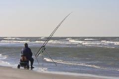 Pêcheur à la ligne sur la plage néerlandaise dans Nes, île d'Ameland Photographie stock