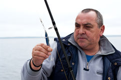 Pêcheur aîné avec le trophée Photos stock