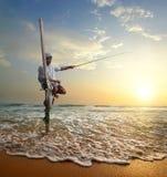 Pêcheur au coucher du soleil images stock