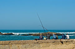 Pêcheur au port d'Essaouira image stock