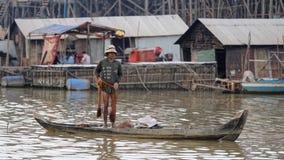 Pêcheur avec le filet dans le bateau, sève de Tonle, Cambodge photos stock