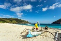 Pêcheur avec le filet dans Lombok du sud, Indonésie photo stock