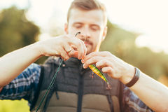 Pêcheur avec une tige de rotation et une amorce et un x28 ; attrait, wobbler& x29 ; capture Photos stock