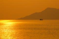 Pêcheur Boat le temps de coucher du soleil. Images stock