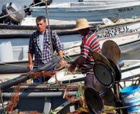 Pêcheur In Boat Off Ilha De Culatra Portugal image libre de droits