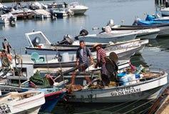 Pêcheur In Boat Off Ilha De Culatra Portugal photos libres de droits