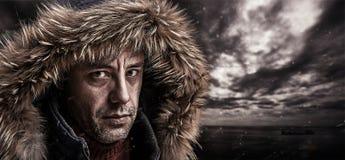 Pêcheur brutal habillé dans des vêtements d'hiver. photo stock