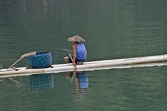 Pêcheur chinois sur le radeau en bambou photographie stock