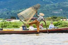 Pêcheur d'Intha posant pour des touristes au lac Inle images stock