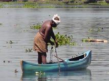 Pêcheur dans des mares d'alleppey du Kerala Photographie stock libre de droits