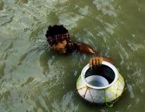 Pêcheur dans l'eau, Rupnarauans, Inde Photographie stock
