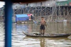 Pêcheur dans la sève de Tonle, Cambodge images stock
