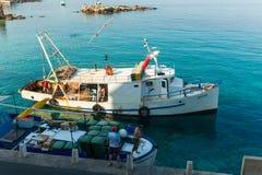 Pêcheur dans le bateau Image libre de droits