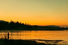 Pêcheur dans le coucher du soleil image libre de droits