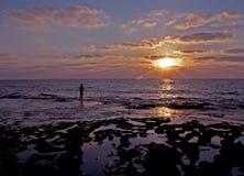 Pêcheur dans le coucher du soleil Photos stock