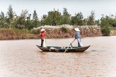 Pêcheur dans le fleuve de Mekong vietnamien Photographie stock libre de droits