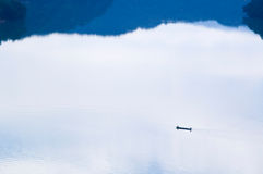 Pêcheur dans le lac en matin paisible Photographie stock