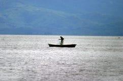 Pêcheur dans le lac Izabal Photographie stock