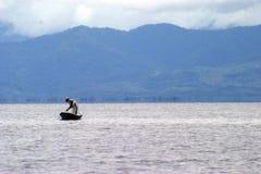Pêcheur dans le lac Izabal Photos stock