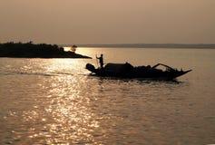 Pêcheur dans le Sundarbans, Inde photographie stock