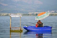 Pêcheur dans un bateau photographie stock libre de droits