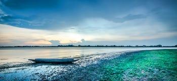 Pêcheur de coucher du soleil et de bateau Image stock
