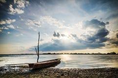 Pêcheur de coucher du soleil et de bateau Photographie stock